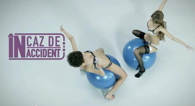 Publicité d'assurance auto en lingerie